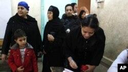 一名埃及女选民12月21日登记投票