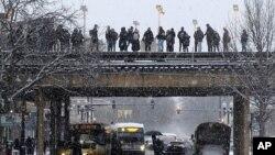Pasajeros en Chicago esperan un tren mientras cae nieve el lunes 28 de enero de 2019. Las bajas temperaturas esperadas a fines de esta semana han hecho que los meteorólogos expresen preocupación por el intenso frío que se prevé.