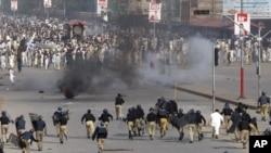 ຕຳຫຼວດ ພວມຂັບໄລ່ພວກປະທ້ວງ ຕໍ່ຕ້ານສະຫະລັດ ທີ່ເມືອງ Peshawar ໃນປາກິສຖານ (21 ກັນຍາ 2012)
