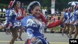 Una joven sonríe al público durante los caporales del desfile del Día de la Independencia en Washington D.C.