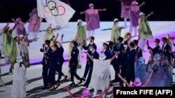 Tim pengungsi Olimpiade dalam upacara pembukaan Olimpiade Tokyo di Olympic Stadium, di Tokyo, Jumat, 23 Juli 2021. (Foto: AFP)