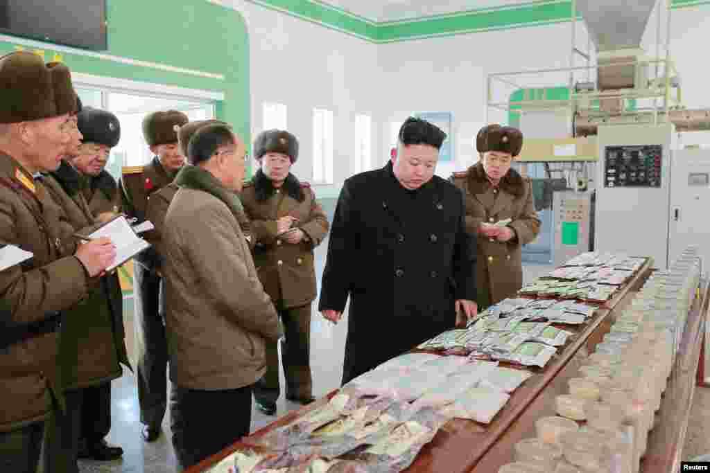북한 김정은 국무위원장이 최근 현대화 공사를 거친 삼천메기공장을 시찰했다고, 관영 조선중앙통신이 21일 보도했다. 김 위원장이 수행 인사들과 공장에서 생산한 제품을 보고 있다.