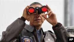 핵안보정상회의 참석차 방한한 바락 오바마 미국 대통령이 25일 비무장지대(DMZ)을 방문해 쌍안경으로 북측을 살펴보고 있다.