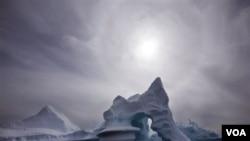 Según las más recientes investigaciones, el hielo de la Antártida se derrite rápidamente debido al calentamiento global.