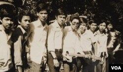 Các bạn lớp 12-A1 Nguyễn Bá Tòng Gia Định trong một buổi đi chơi ở Búng, Lái Thiêu năm 1973. Tác giả ở bìa phải. Lê Minh Châu, bìa trái, là chuẩn úy đã mất tích trong chiến tranh (Ảnh: Bùi Văn Phú)