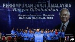 다음달 총선을 앞두고 6일 나집 라작 말레이시아 총리가 국민전선당의 선거공약 선언문을 발표하고 있다.