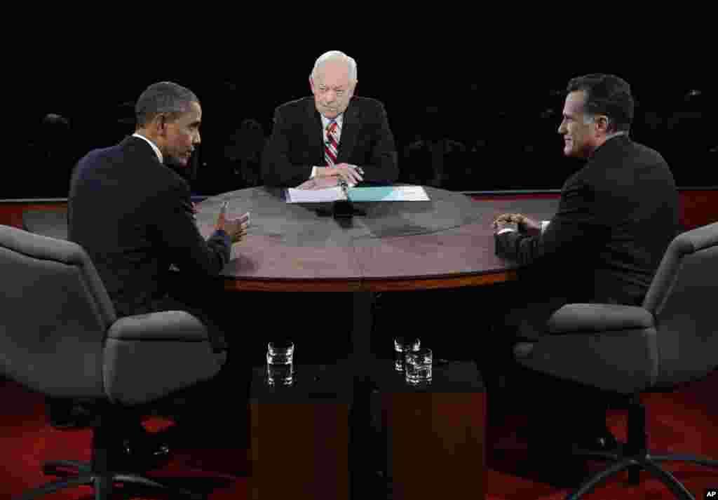 22일 공개 토론 중인 바락 오바마 대통령(왼쪽)과 미트 롬니 후보(오른쪽). 가운데는 토론 진행을 맡은 앵커 밥 쉬퍼.