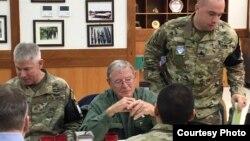 한국을 방문한 제임스 인호프 미국 공화당 상원의원이 23일 미군 지휘관들과 만나 한반도 안보 상황에 대한 브리핑을 받았다. 인호프 의원실 제공 사진.