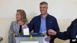 PM Kosovo Hashim Thaci, bersama isterinya, Lumnije memasukkan kartu suara di TPS kota Pristina (3/11).