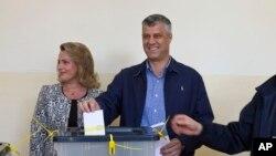 PM Kosovo Hashim Thaci dan isterinya, Lumnije memasukkan kartu suara di TPS kota Pristina dalam pemilu hari Minggu (3/11).