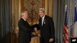 جان کری وزیر خارجه آمریکا در حال دست با ژان مارک آیرو وزیر خارجه فرانسه پس از دریافت «لژیون دونور» - ۲۰ آذر ۱۳۹۵