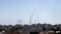 Fotografija iz Pojasa Gaze, 4. maja 2019, pokazuje raketu koja je ispaljena u pravcu Izraela. Baraž od oko 50 raketa ispaljen je ka Izraleu iz Pojasa Gaze od kojih je desetine presrela izraelska protivvazdušna odbrana, saopštila je izraelska vojska.