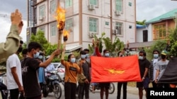 緬甸抗議者在軍人統治者敏昂萊7月3生日當天焚燒為他準備的假棺材和畫像。 (路透社)