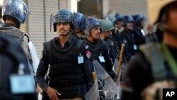Polisi Pakistan menjaga ketat perayaan hari Ashura di Peshawar, Pakistan Kamis (22/10).