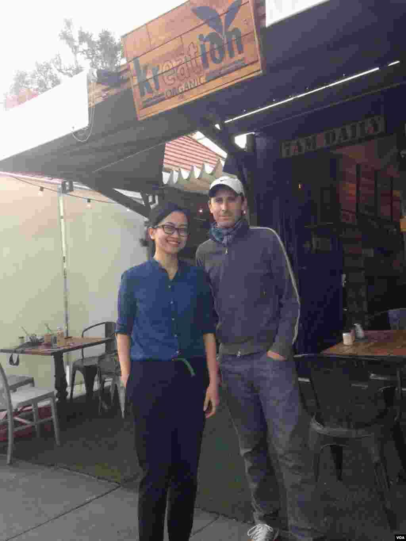 Reporter VOA, Vena Annisa bersama John Huddles, sutradara AS yang pernah shooting di Prambanan, Belitung, Bromo dan Jakarta untuk film The Philosophers.