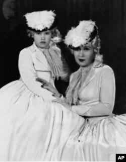 گلوریا وندربیلت در کنار مادرش که در ماه آوریل سال ۱۹۳۴ ناگزیر شد حضانت فرزندش را به عمه اش واگذار کند
