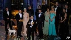 """Le producteur français Thomas Langmann accepte l'Oscar du Meilleur film, entouré de l'équipe de """"The Artist""""."""
