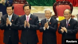 Tứ trụ triều đình ai đi ai ở sau Đại hội Đảng XII? Từ phải: Chủ tịch Quốc hội Nguyễn Sinh Hùng, Tổng Bí thư Nguyễn Phú Trọng, Thủ tướng Nguyễn Tấn Dũng và Chủ tịch Nước Trương Tấn Sang.