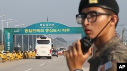 A bus carrying South Korean delegation leaves for North Korea's Kaesong city for a meeting, at the Unification bridge in Paju near the border village of Panmunjom, South Korea, Aug. 14, 2013.