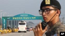 Xe cộ băng qua cầu Thống Nhất để đến thành phố Kaesong của Bắc Triều Tiên.