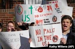 Sinh viên trường Do thái Chính thống Rambam Mesivta biểu tình trên phố nơi Jakiw Palij từng sinh sống ở Queens, New York, đòi trục xuất cựu lính gác trại tập trung của Đức Quốc xã ra khỏi Mỹ.