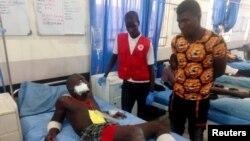 Un hombre herido recibe tratamiento en un hospital tras un ataque suicida que provocó la muerte de al menos 35 personas.