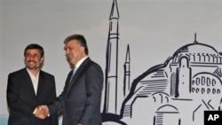اقتصادی تعاون تنظیم کی سربراہی کانفرنس میں ترکی کے صدر عبداللہ گل ایرانی صدر محمود احمدی نژاد کا استقبال کررہے ہیں۔