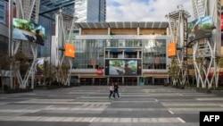 Suasana lengang di LA Live Center, pusat kota Los Angeles, California, 15 Maret 2020.