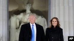 သမၼတတာ၀န္ကို ထမ္းေဆာင္ေတာ့မယ့္ Donald Trump နဲ႔ ဇနီး Melania Trump တို႔နွစ္ဦး လင္ကြန္း အထိမ္းအမွတ္ ဗိမာန္မွာ က်င္းပတဲ့ သမၼတသစ္ကို ႀကိဳဆိုဂုဏ္ျပဳတဲ့ ဂီတေဖ်ာ္ေျဖပဲြအခမ္းအနားကို တက္ေရာက္လာစဥ္ (ဇန္န၀ါရီလ ၁၉၊ ၂၀၁၇)