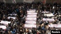 Thi thể nạn nhân vụ đánh bom một xe buýt hôm thứ Ba cách Quetta 60 kilomet về hướng tây làm ít nhất 28 người thiệt mạng