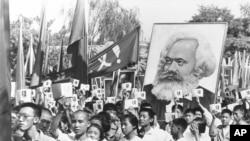 """历史照片:年轻人挥舞着被称为""""红宝书""""的《毛主席语录》参加集会。(1966年9月14日)"""