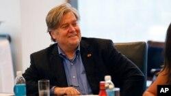 Stephen Bannon dirigie un sitio web conservador que proclama el sentimiento nacionalista blanco y ataca a las minorías.