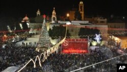 成千上萬的遊客雲集在約旦河西岸的伯利恒,歡度聖誕。