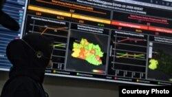Seorang petugas memperhatikan informasi terkait corona di Jabar Command Center, Selasa (10/3). (Courtesy: Humas Jabar)
