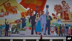 북한 평양의 예술영화촬영소 외부에 설치된 대형 선전 벽화. (자료사진)