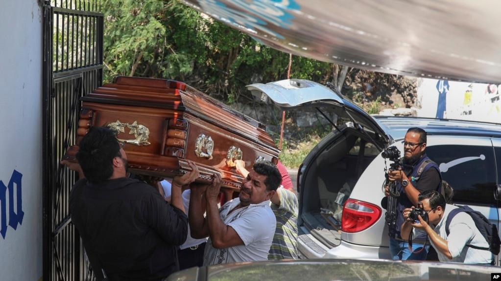 Según el CPJ, México es el segundo país del mundo más peligroso para los periodistas. En la foto, familiares cargan el ataúd con los restos del periodista Jorge Celestino Ruiz Vázquez, asesinado en agosto de 2019.