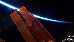 La vista de la delgada capa de la atmósfera de la Tierra desde el espacio, captada en esta fotografía, conmovió al piloto del Endeavour, Gregory Johnson, quien alentó a cuidar el planeta.