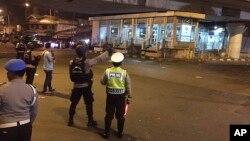 Cảnh sát đến hiện trường vụ nổ gần trạm xe buýt ở Kampung Melayu, Jakarta, 24/5/2017.