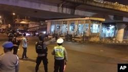 جکارتہ میں پولیس اہل کار خودکش دھماکے کے مقام پر موجود ہیں۔ 24 مئی 2017