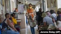 Volonteri čekaju na pregled u klinici za testiranje vakcine kompanije Astra Zeneca na periferiji Johanesburga u Južnoj Africi, 30. novembra 2020.