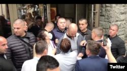 Članovi Demokratske stranke i pripadnici privatnog obezbeđenja koje sprečava neke od njih da uđu u salu na zakazanu sednicu Glavnog odbora DS, ispred zemunskog pozorišta Madlenijanum, u Beogradu, 21. juna 2020. (Foto: Screenshot Twitter naloga DS)