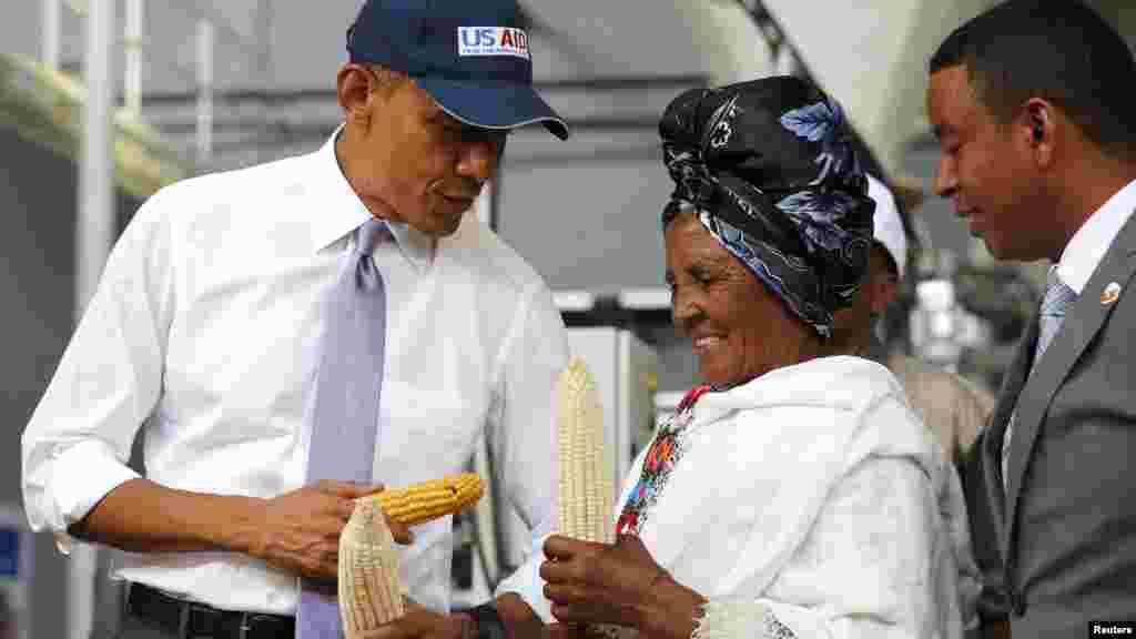 Le président américain Barack Obama parle avec un agriculteur participant à l'Initiative alimentaire de Faffa, Addis-Abeba, 28 juillet 2015.