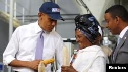 ایک کاشتکار خاتون صدر اوباما سے بات کرتے ہوئے
