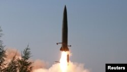 북한이 지난 9일 김정은 국무위원장의 지도 아래 조선인민군 전방 및 서부전선방어부대들의 화력타격훈련을 실시했다면서, 단거리탄도미사일로 추정되는 발사체 발사 장면을 공개했다.