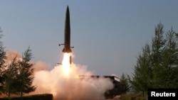북한이 지난 5월9일 김정은 국무위원장의 지도 아래 조선인민군 전방 및 서부전선방어부대들의 화력타격훈련을 실시했다면서, 단거리탄도미사일로 추정되는 발사체 발사 장면을 공개했다.