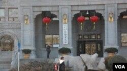 中国住房和城乡建设部门口,门前有一个人抗议示威(往年资料照)。该部副部长黄艳以北京市民身份在纽约起诉郭文贵。黄艳委托的董克文律师于7月20日递交控告书,指控郭文贵两项诽谤罪和一项故意伤害造成情感困扰罪。