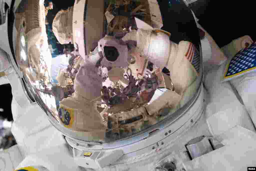 មេបញ្ជាការដឹកនាំដំណើរលើអាកាស Expedition 45 លោក Scott Kelly ថតរូបខ្លួនឯងនៅអំឡុងពេលដើរលើអាកាសនៅថ្ងៃទី២៨ ខែតុលា ឆ្នាំ២០១៥។ ដោយចែករំលែករូបភាពនេះគឺតាមបណ្តាញផ្សព្វផ្សាយសង្គម លោក Kelly បានសរសេរថា « #SpaceWalkSelfie បានវិលត្រលប់មកវិញហើយ! នេះជាដំណើរលើអាកាសដ៏ប្រសើរមួយកាលពីម្សិលមិញ។ ឥឡូវនេះកំពុងត្រៀមសម្រាប់ដំណើរមួយទៀតនាសប្តាហ៍ក្រោយ។ #YearInSpa»។