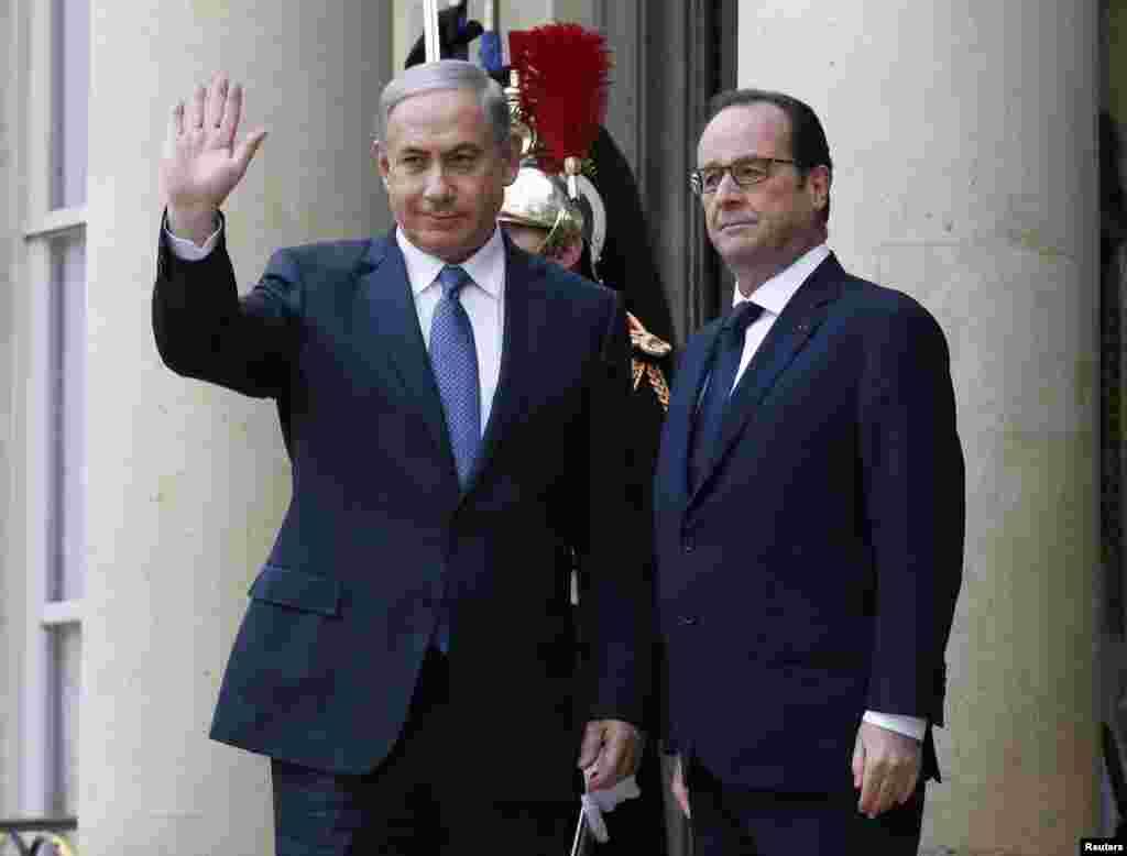 Presiden Perancis Francois Hollande (kanan) menyambut kedatangan PM Israel Benjamin Netanyahu (kiri) di istana Elysee Palace sebelum bergabung dalam aksi solidaritas di jalanan kota Paris (11/1).