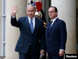 French President Francois Hollande (R) welcomes Israel's Prime Minister Benjamin Netanyahu (L) at the Elysee Palace before attending a solidarity march in the streets of Paris, Jan. 11, 2015.