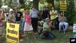 Quantico üssü önünde Mannig'in serbest bırakılmasını isteyen Amerikalılar